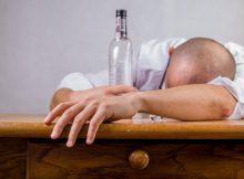 Mann betrunken auf Tisch