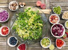 Tisch gedeckt mit Lebensmitteln