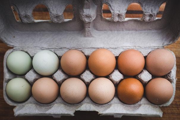 Eierkarton mit weißen und braunen Eiern