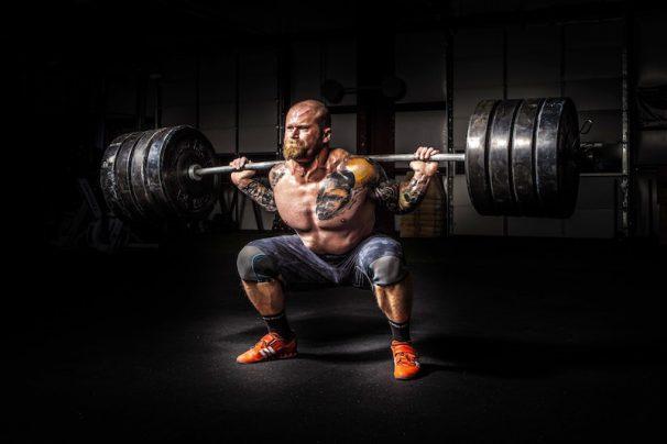 Sportler bei schweren Kniebeugen