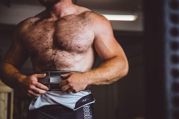 Mann mit Gewichthebegürtel