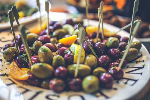 High Fat Gericht für Keto Diät - Oliven mit Zitronen auf Teller