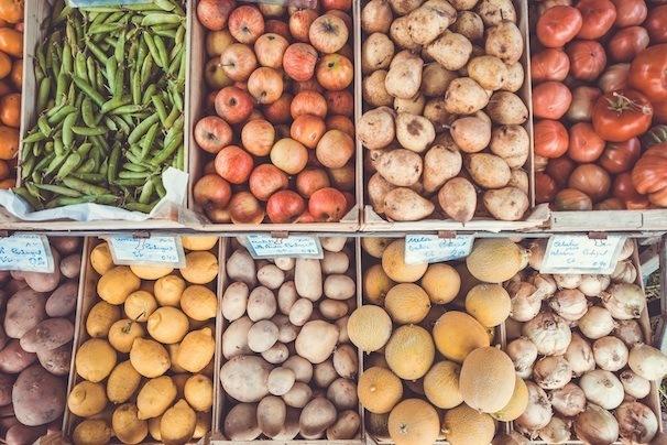 Kohlenhydratreiche Obst- und Gemüsesorten auf einem Markt